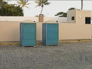 Servidores instalaram banheiros químicos em frente à casa oficial (Foto: Reprodução/Inter TV Cabugi)