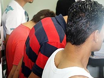 Os quatro suspeitos de tentar comprar o carro com documentos falsos foram levados para a 11ª DP, no Núcleo Bandeirante (Foto: Ricardo Moreira / G1)