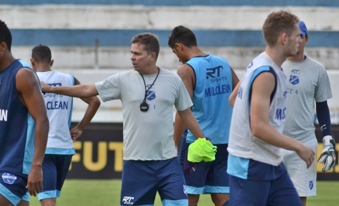 Técnico Evaristo Piza Taubaté (Foto: Filipe Rodrigues/GloboEsporte.com)