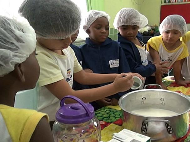 Sou professor: aula de culinária estimula a boa alimentação entre as crianças da Unidade Municipal de Educação Infantil (UMEI) Neusa Brizola (Foto: Reprodução de TV)