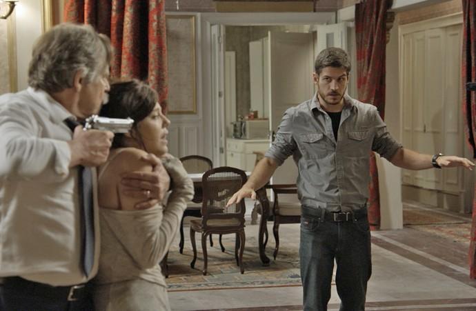 Dante entra na mansão para negociar com Gibson (Foto: TV Globo)