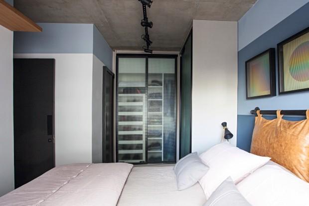 Quaro. A cabeceira traz desenho do Mandril e foi produzida com almofadas de couro. Ao lado da cama, com roupa da Casa Almeida, está o armário de vidro aramado. Na parede, gravuras de Carlos Cruz-Díez (Foto: Gui Morelli / Divulgação)
