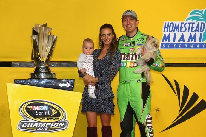 Kyle Busch com a esposa, a filha, a cachorrinha e o troféu da Nascar (Foto: Getty Images)