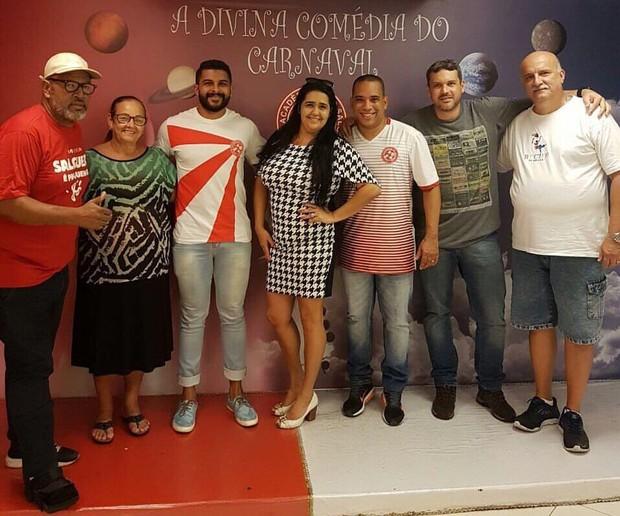 REgina Celi posa com sua equipe de carnaval (Foto: Divulgação/Divulgação)