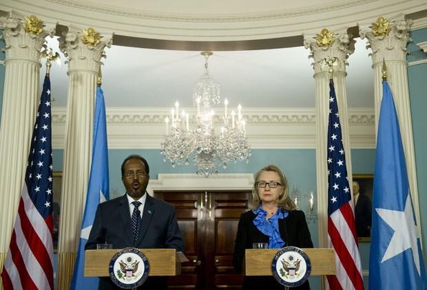 O presidente da Somália, Hassan Sheikh Mohamud, e a secretária de Estado dos EUA, Hillary Clinton, durante entrevista nesta quinta-feira (17) em Washington (Foto: AP)