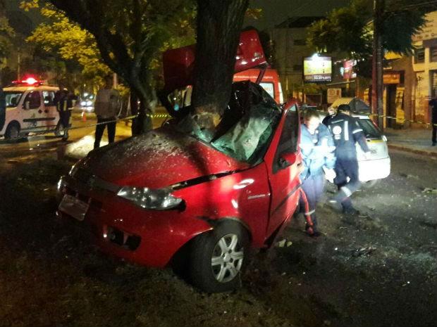 Motorista morre após carro colidir contra árvore em Porto Alegre (Foto: Zete Padilha/RBS TV)