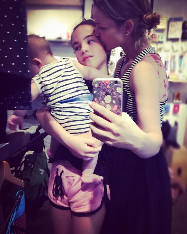 Carolina Kasting com os filhos (Foto: Reprodução/Instagram)