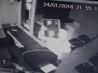 Ladrão engatinha para escapar de alarme em furto a loja no DF; vídeo