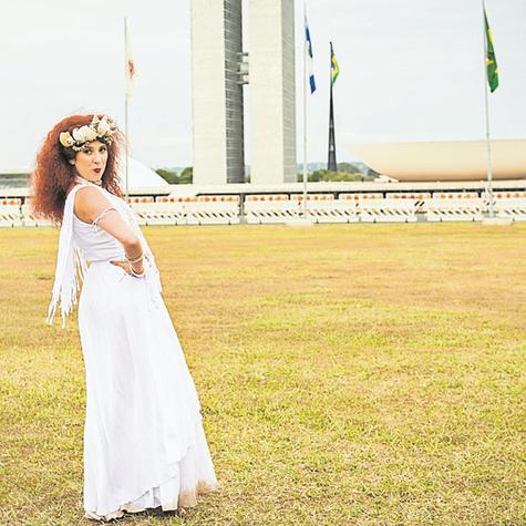 Dani Calabresa vestida como Clara Nunes para gravar esquetes do 'Zorra' sobre política, em Brasília (Foto: Globo/João Miguel Júnior)
