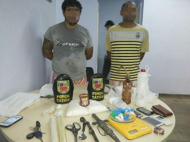 Polícia desarticula laboratório de droga e prende dupla (Foto: Divulgação/PM)