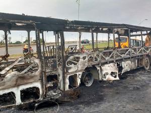 Ônibus é queimado no bairro de São Crisóvão, em Salvador (Foto: Jeferson Barreto/Arquivo Pessoal)