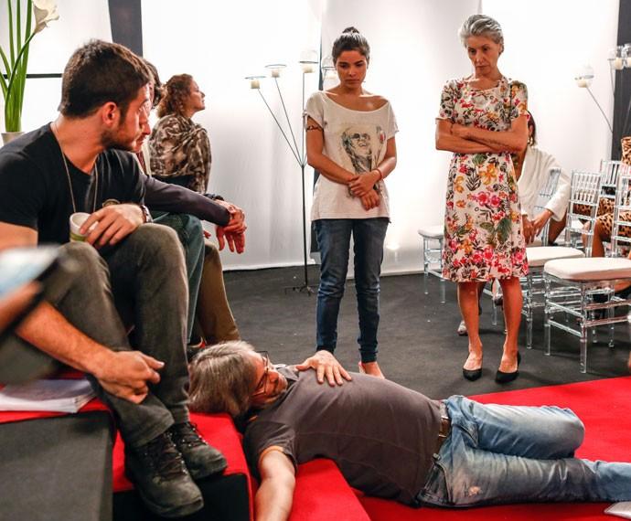O diretor Paulo Silvestrini ensaia cena de emoção com Cassia Kis (Foto: Ellen Soares/Gshow)