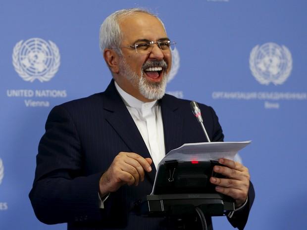 Ministro de relações estrangeiras do Irã, Mohammad Javad Zarif, anuncia que país cumpre termos de acordo nuclear (Foto: Leonhard Foeger/Reuters)