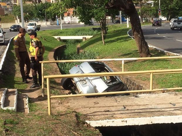 Carro caiu em vala na Avenida Garibaldi, em Salvador (Foto: Renan Pinheiro/TV Bahia)