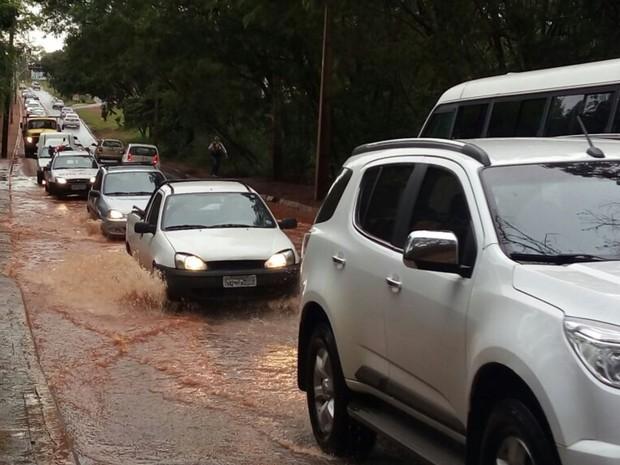 Chuva alaga a Rua da Divisa em Goiânia, Goiás (Foto: Guilherme Mendes/ TV Anhanguera)
