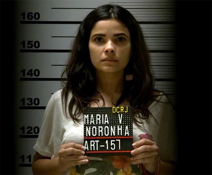 Tóia (Vanessa Giácomo) é fichada na polícia! (Foto: TV Globo)