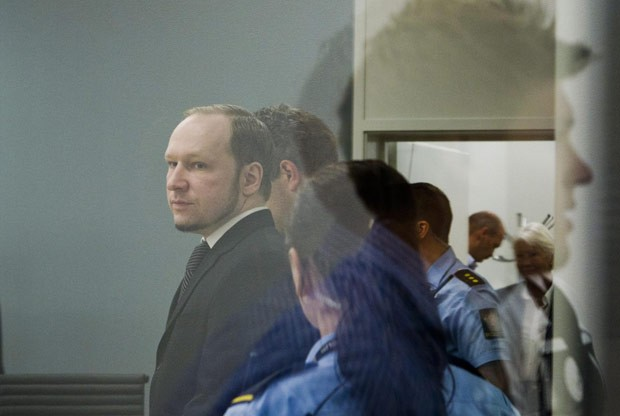 O ultradireitista Anders Behring Breivik  nesta quinta-feira (24) no tribunal de Oslo, na Noruega (Foto: AFP)