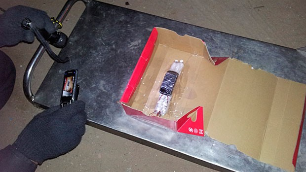 Artefato deixado pelos bandidos numa caixa foi detonado pelos policiais do BOPE (Foto: Sérgio Costa)