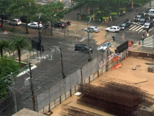 Enchente em Moema, na esquina da Avenida Ibirapuera e a Rua dos Jamaris, perto da obra do Metrô  (Foto: Felipe de Melo Leite/VC no G1)