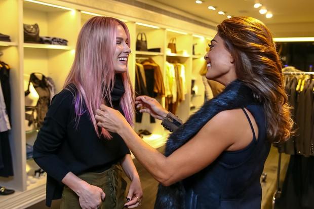 Juliana Paes curte o cabelo rosa de Fiorella Mattheis (Foto: Raphael Castello/AgNews)