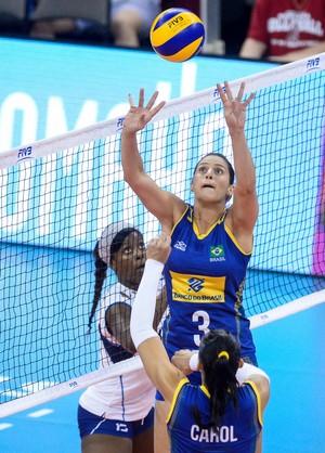 Dani Lins levanta bola para Carol contra a Itália (Foto: Divulgação/FIVB)