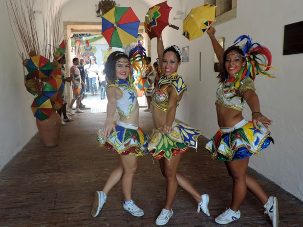 Passistas e orquestras de frevo anteciparam o ritmo do Carnaval na coletiva desta 2ª (Foto: Marina Barbosa / G1)