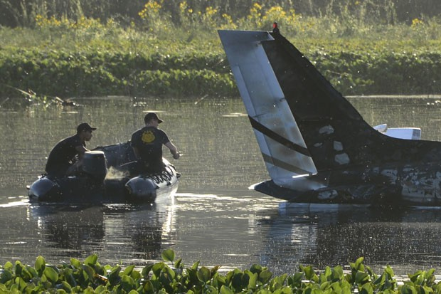 Soldados das forças especiais do Uruguai se aproximam dos destroços de avião que caiu em Punta del Este nesta sexta-feira (20) (Foto: Pablo Porciuncula/AFP)