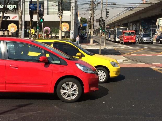 No cruzamento das avenidas Cruzeiro do Sul e Zaki Narchi, as faixas parcialmente apagadas ou inexistentes complicam ainda mais o percurso de quem avança a pé nos dois sentidos da via (Foto: Vivian Reis/G1)
