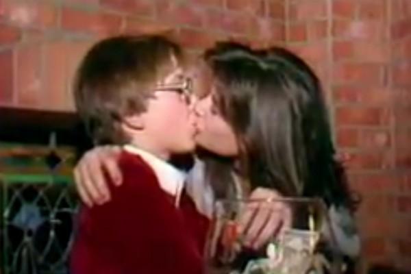 Uma cena do vídeo polêmico do beijo de Demi Moore em um menino de 15 na década de 80 (Foto: YouTube)