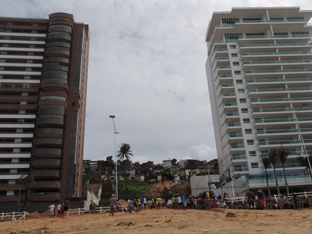 Área do desmoronamento fica entre os dois prédios evacuados na praia de Areia Preta, em Natal (Foto: Felipe Gibson/G1)