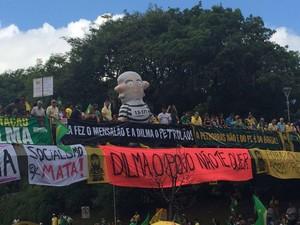 Boneco do ex-presidente Lula presente na manifestação em Porto Alegre neste domingo (27) (Foto: Igor Grossmann/G1)