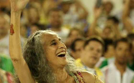 O desfile em homenagem à cantora no Carnaval passado é o ponto de partida do documentário Maria Bethânia - A menina dos olhos de Oyá (Foto: d)