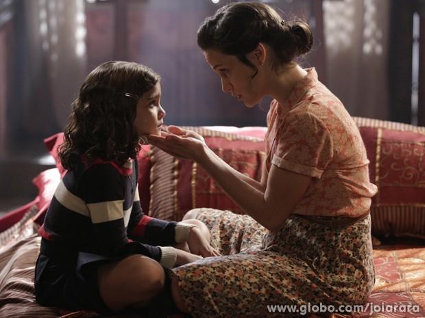 Levada! Pérola conta para Amélia que aprontou e leva uma bronca da mãe (Foto: Fábio Rocha/TV Globo)