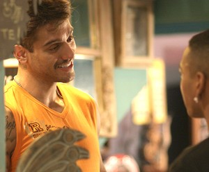 Uood acha que Cleyton está a fim dele (Foto: TV Globo)