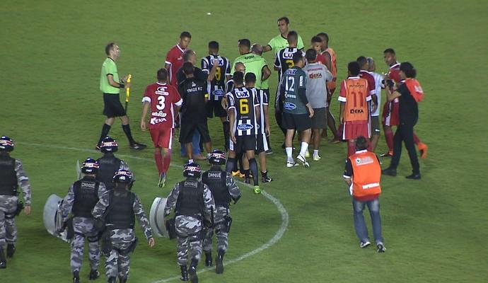 Confusão entre jogadores do Treze e Internacional-PB (Foto: Reprodução / TV Cabo Branco)