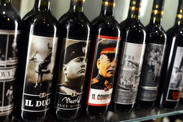 Garrafas possuem fotos de ditadores como Adolf Hitler, Benito Mussolini e Josef Stalin (Foto: Gabriel Bouys/AFP)
