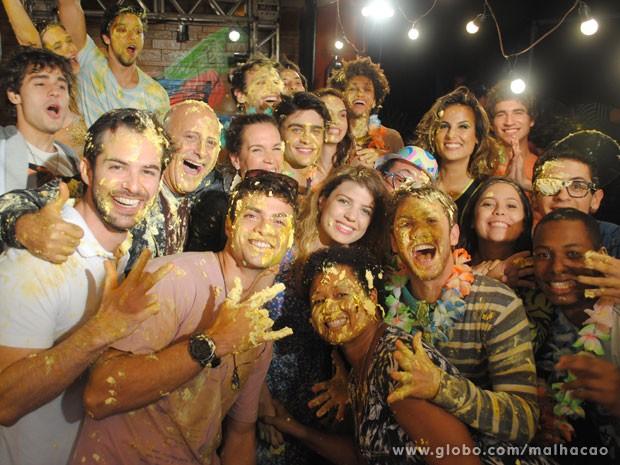 Que farra! Elenco posa pra foto após a guerra de bolo (Foto: Malhação/ TV Globo)