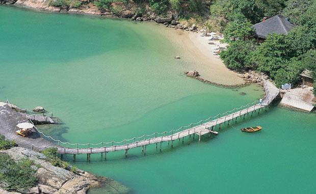 Vista aérea do Ponta dos Ganchos Resort, em praia praticamente deserta de Santa Catarina (Foto: Divulgação)
