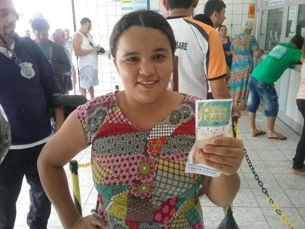 A dona Luana Barbosa é principiante no sorteio (Foto: João Cunha/G1)