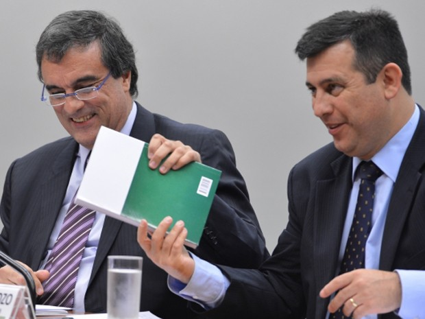 O ministro da Justiça, José Eduardo Cardozo (esq.), e o diretor-geral da Polícia Federal, Leandro Daiello, durante audiência na Câmara (Foto: Valter Campanato / Agência  Brasil)