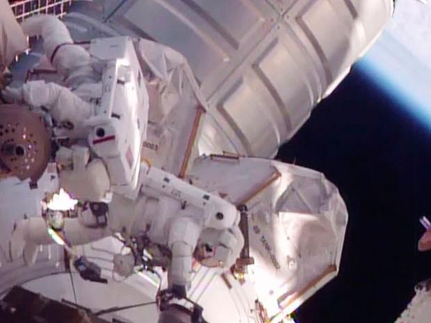 Os astronautas Scott Kelly e Tim Kopra fazem reparos de emergência na Estação Espacial Internacional na segunda (21) (Foto: Reuters/NASA/Handout)