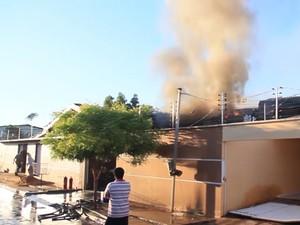 Fumaça em residência após queda de avião (Foto: Reprodução / TV Mirante)