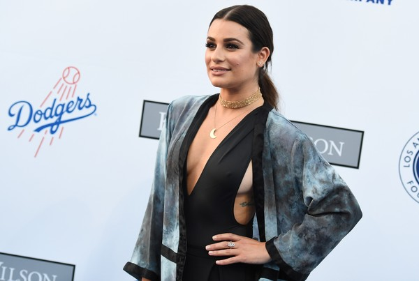 Lea Michele ousa com look decotado e cavado em evento nos EUA