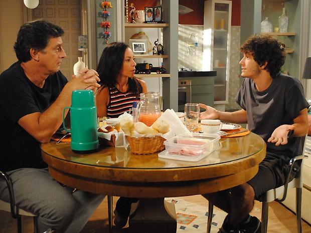 Mário e Alice avisam Dinho que a família vai morar em Miami (Foto: Malhação / TV Globo)