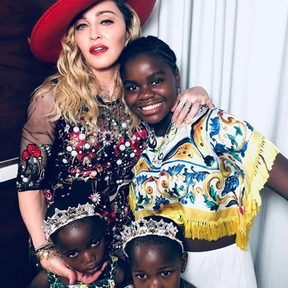 Madonna posa com as filhas adotivas no hotel Fasano, onde estar hospedada, antes de partir para a cerimônia (Foto: Reprodução Instagram)