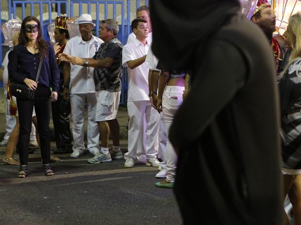 Cora fica desconfiada ao ver homem fantasiado de morte (Foto: Felipe Monteiro/ Gshow)