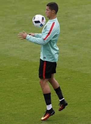 Cristiano Ronaldo no treino de Portugal (Foto: REUTERS/Darren Staples)