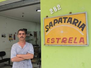 O sapateiro Dair Alves de Souza trabalha há mais de 30 anos no ramo (Foto: Pedro Carlos Leite/G1)