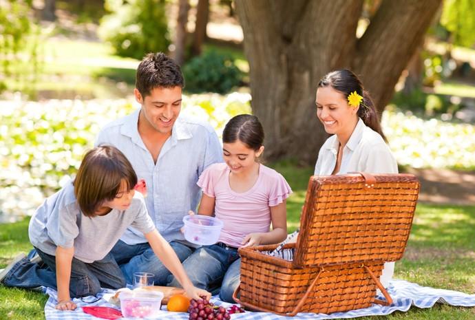 Programas simples ajudam a deixar a família mais unida, como um piquenique/Shutterstock (Foto: Divulgação)