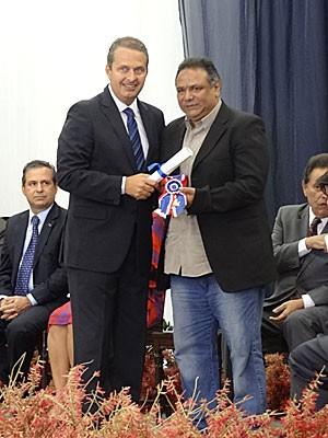 Mauro Moraes, filho de Dominguinhos, recebe medalha em nome do pai, em solenidade no Recife (Foto: Lorena Aquino / G1)